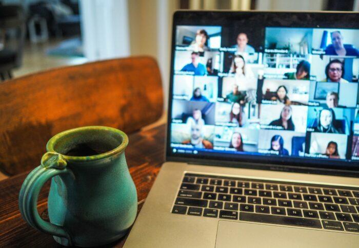 En datorskärm som visar många personer som deltar i ett möte